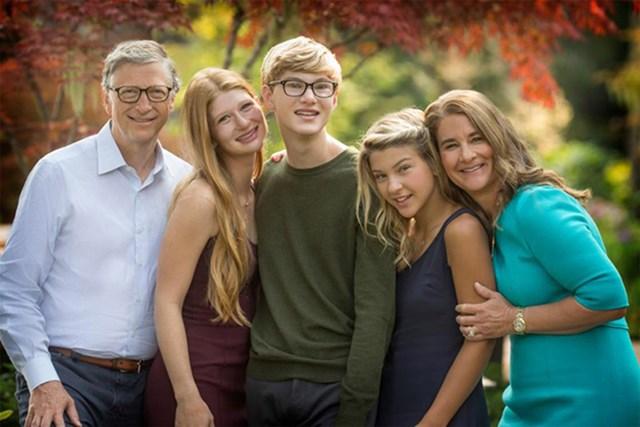 """Mỗi người con nhà Gates sẽ chỉ thừa kế khoảng 10 triệu USD, một khoản tiền quá nhỏ trong khối tài sản trăm tỷ USD của bố mẹ. """"Các con của chúng tôi sẽ được thừa hưởng sự giáo dục tốt và một ít tiền để chúng không bao giờ nghèo đói nhưng vẫn buộc chúng phải ra ngoài lăn lộn và tìm cách xây dựng sự nghiệp cho riêng mình"""", Bill Gates khẳng định."""