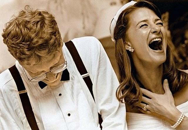 """Sau 7 năm hẹn hò, hai người quyết định """"về chung một nhà"""" và cử hành hôn lễ tại sân golf khách sạn Manele Bay ở Hawaii vào ngày 1/1/1994 với chi phí 1 triệu USD. Để đảm bảo bí mật, Bill đặt hết phòng trong khách sạn cùng với tất cả trực thăng trên đảo Maui để ngăn người ngoài và truyền thông."""