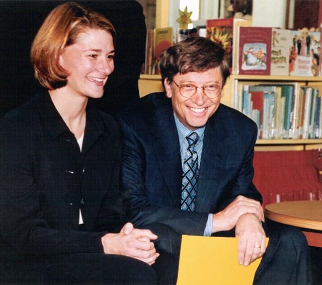 """Gates cho biết vợ ông chính là động lực để gắn kết gia đình. """"Melinda rất sáng tạo trong việc giúp tôi có thời gian dành cho bọn trẻ. Cô ấy thường nhờ tôi đưa chúng đến trường, đó là khoảng thời gian tuyệt vời để trò chuyện cùng con"""",Gates chia sẻ trên Reddit AMA năm 2017."""