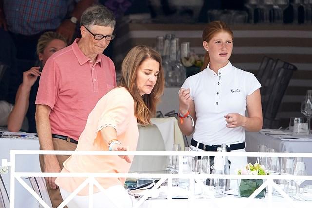 Gates cũng hỗ trợ con cái theo những cách rất khác. Cặp đôi đã chi 37 triệu USD để mua một chuỗi bất động sản ở Wellington, Florida vào năm 2016. Lý do là bởi con gái Jennifer của họ là vận động viên nhảy cầu được xếp hạng quốc gia và thị trấn Florida là thủ phủ cưỡi ngựa của Mỹ.