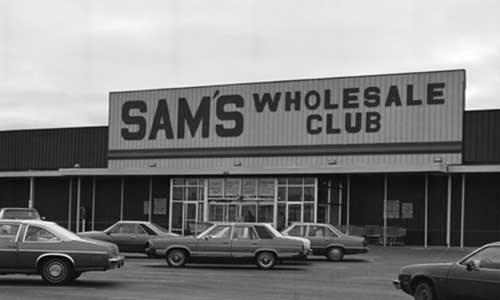 Sam Walton đã dốc sạch tiền để mở cửa hàng bán lẻ đầu tiên tạitại thị trấn Bentonville năm 1962.