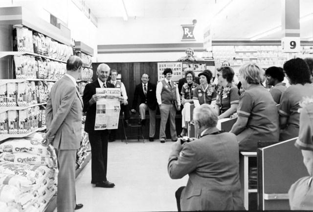 Sau 25 năm thành lập, Walmart có 1.198 cửa hàng với tổng doanh thu là 15,9 tỷ USD cùng 200.000 nhân viên.