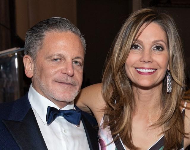 Dan Gilbert cùng với vợ Jennifer rất thích làm từ thiện.