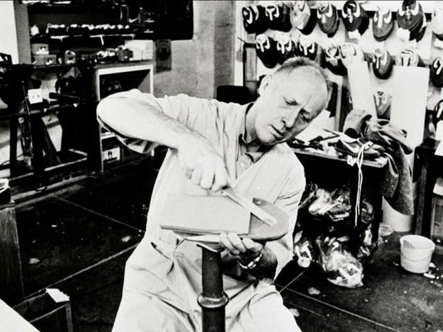 Mẫu giày đầu tiên của Nike do Bowerman thiết kế nảy sinh từ ý tưởng làm bánh waffle.