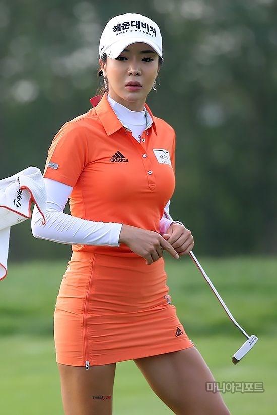 Ở các giải đấu, Shin Ae Ahn còn được bình chọn là nữ vận động viên xinh đẹp nhất, hay vận động viên mặc đẹp nhất.