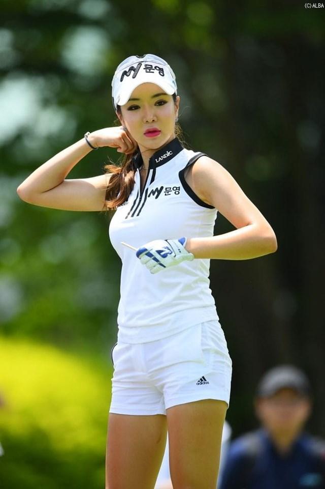 Sinh ra tại Hàn Quốc nhưng nữ golfer Shin Ae Ahn lại chuyển tới New Zealand sinh sống từ năm 9 tuổi. Cô sớm bén duyệt với golf và luôn nỗ lực để đạt được nhiều thành tích trong môn thể thao quý tộc.