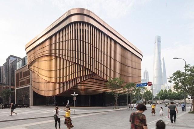 Tọa lạc trên con phố tài chính Bund ở Thượng Hải, nhà hát Quỹ Fosun khiến người dân địa phương và khách du lịch bởi thiết kế vô cùng đặc biệt cùng khả năng tự thay đổi hình dáng chỉ trong nháy mắt.Tòa nhà này gồm có 4 tầng nổi và 4 tầng hầm với tổng diện tích sàn lên đến 190.000m2. Thiết kế tòa nhà được lấy cảm hứng từ kiến trúc của các nhà hát Kinh kịch truyền thống của Trung Quốc.