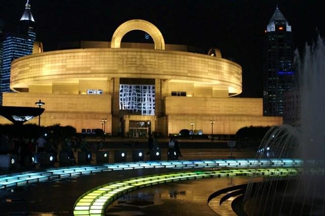 Bảo tàng Thượng Hải được xây dựng dựa trên ý tưởng quan niệm trời tròn đất vuông trong văn hóa cổ châu Á. Nhờ ý tưởng này, kiến trúc sư Xing Tonghe đã thiết kế bảo tàng với phần ngoại thất là mái vòm tròn cùng khối đế vuông. Nằm ở trung tâm thành phố Thượng Hải, ngay trong khuôn viên Quảng trường Nhân dân, Bảo tàng Thượng Hải là nơi lưu giữ của nghệ thuật Trung Quốc cổ đại.