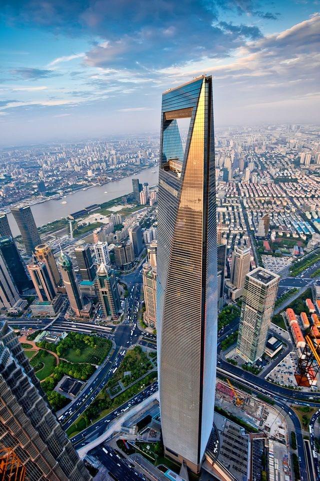 Với chiều cao 492m, cùngtổng diện tích mặt sàn 377.000m2, Trung tâm Tài chính thế giới Thượng Hải là một trong những tòa nhà cao nhất thế giới. Tòa tháp có hình dáng đơn giản, đường nét thiết kế tinh tế mang tính sáng tạo với khung sườn thép chịu lực nhìn không nặng nề nhưng có độ bền vững cao, phù hợp với kiểu nhà chọc trời. Trung tâm Tài chính thế giới Thượng Hải còn được bình chọn là tòa nhà cao tầng đẹp nhất thế giới năm 2008.
