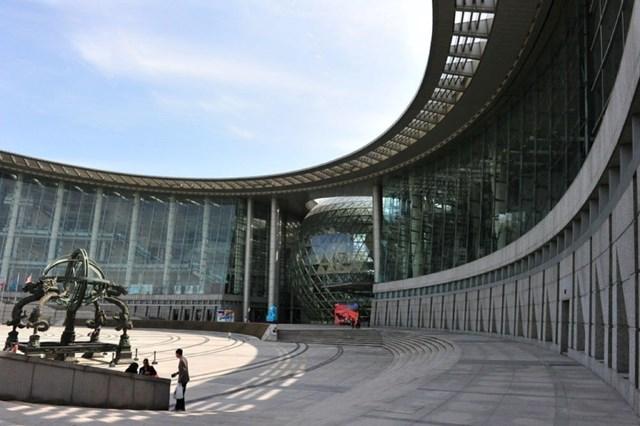 Bảo tàng Khoa học và Công nghệ Thượng Hải mở cửa vào năm 2001, diện tích 68.000 m2. Thiết kế của bảo tàng này là sự kết hợp hài hòa giữa các yếu tố con người, thiên nhiên và công nghệ.