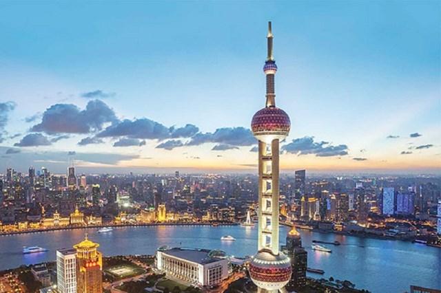 """Minh Châu Phương Đông là tên gọi của một tháp truyền hình ở Thượng Hải, nằm ở quận Phố Đông, bên Sông Hoàng Phố với độ cao 468m. Thiết kế của toà tháp đượcJia Huan Cheng sáng tạo dựa theo câu thơ """"Đại châu tiểu châu lạc ngọc bàn"""" trong bài thơ """"Tì Bà Hành"""" của Bạch Cư Dị, miêu tả âm thanh tuyệt vời của đàn tì bà giống như tiếng những hạt minh châu lớn nhỏ rơi trên tấm ngọc bích."""