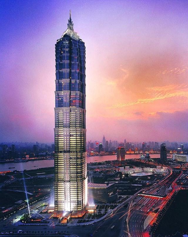Cao 420m, Tháp Jin Mao là một tòa nhà chọc trời nằm ở Thượng Hải và là tòa nhà cao nhất ở Trung Quốc cho đến năm 2007. Tòa tháp có phong cách hậu hiện đại kết hợp với các chi tiết kiến trúc truyền thống Trung Quốc với phần tường bên ngoài được làm bằng thủy tinh, thép và đá granit.Bên trong tòa tháp tích hợp trung tâm mua sắm, nhà hàng, văn phòng khách sạn Grand Hyatt Thượng Hảivà khu giải trí cao cấp.