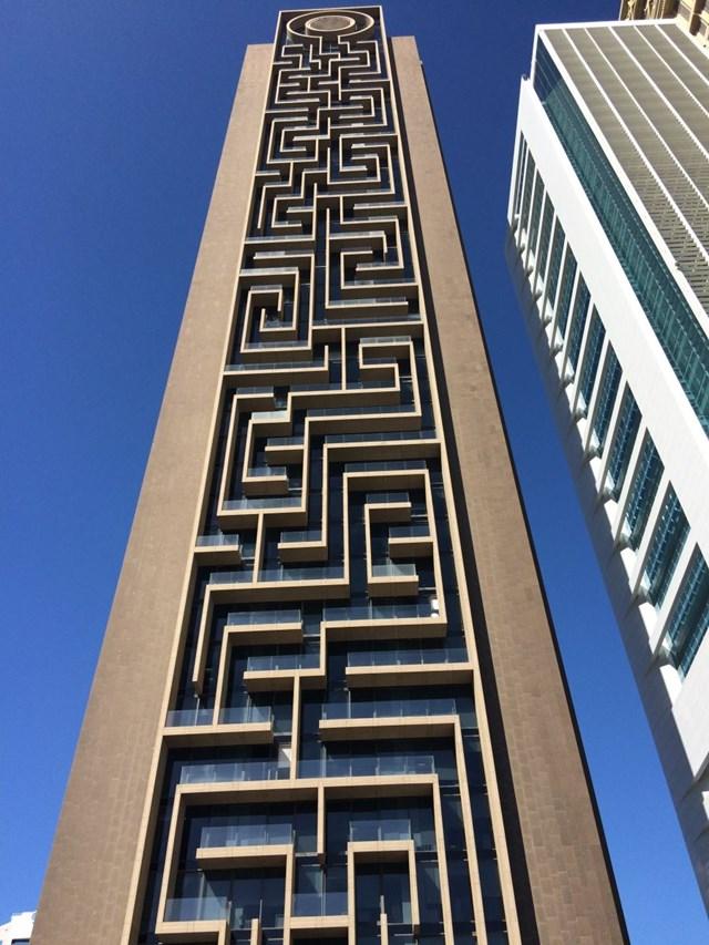 Để tăng tính thẩm mỹ cho tòa tháp, giới kiến trúc sư đã chọn đá tự nhiên là nguyên vật liệu được sử dụng xuyên suốt. Riêng bề mặt trước của tòa nhà được ốp đá hoa cương Verde Bahia nhập khẩu từ Brazil, kết hợp với kính màu xanhtạo hiệu ứng ấn tượng cho người xem.