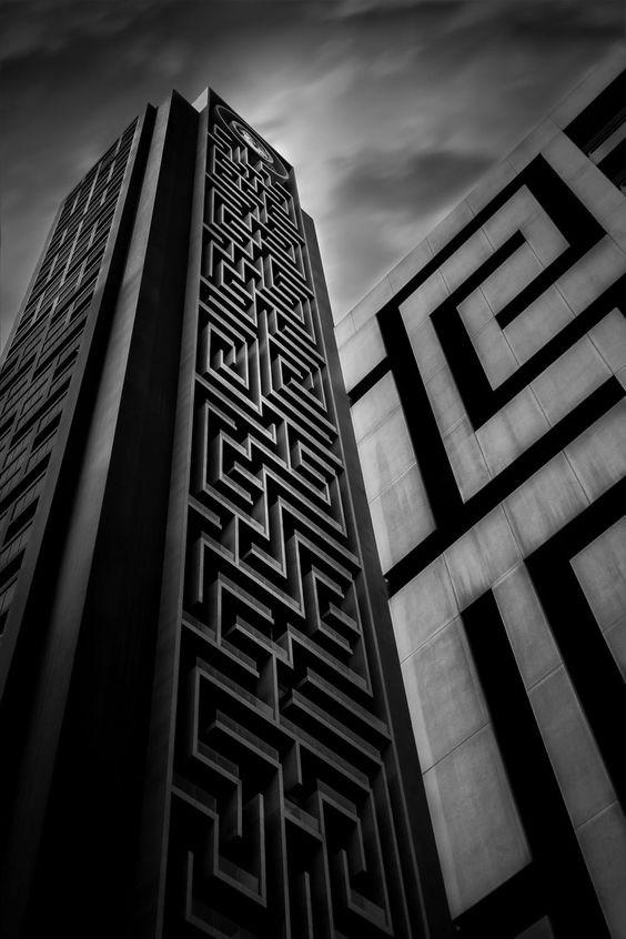 """Theo kiến trúc sưngười Đức Planquadrat - """"cha đẻ"""" của tòa tháp, những đường mê cung được xây dựng thực chất là chuỗi ban công các căn hộ và văn phòng trên tòa nhà."""