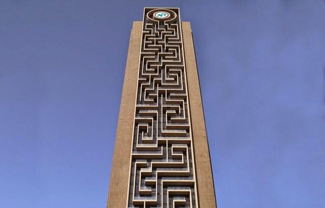 """Phía trên đỉnh tòa tháp là một màn hình LCD hình tròn cỡ lớn rộng 8m, trình chiều hình ảnh đẹp nhất về thành phố Dubai. Màn hình LCD khổng lồ này đóng vai trò là """"Maze Eye"""" - con mắt của mê cung."""