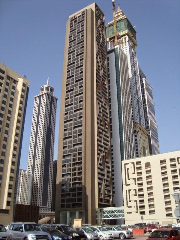 Tọa lạc trên đường Sheikh Zayed, thành phố Dubai,tòa nhà chọc trời có tên gọi Maze Tower (tạm dịch là tòa tháp mê cung) không chỉ thu hút sự chú ý của chuyên gia kiến trúc mà còn gây ấn tượng với người xem bởi sự độc đáo và sáng tạo.