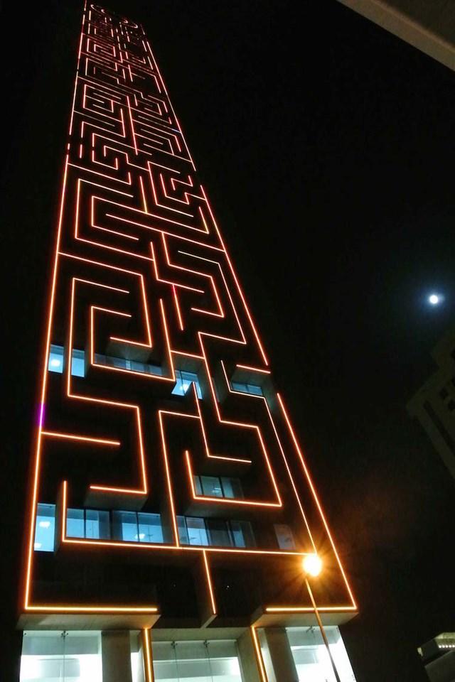 """Đại diện của Maze Tower cho biết, """"Chúng tôi luôn muốn The Maze trông giống như được chạm khắc từ một tảng đá lớn nên đã sử dụng kỹ thuật ánh sáng và đổ bóng để làm cho tòa tháp sống động hơn""""."""