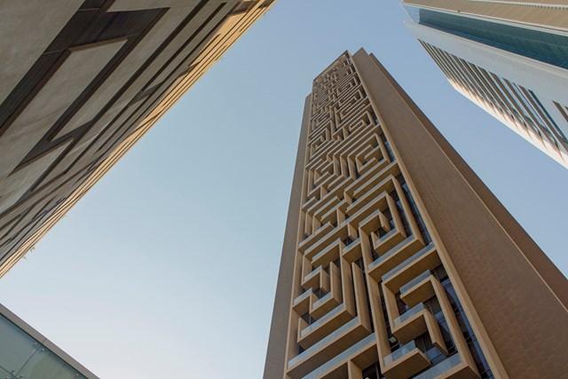 Nhằm tạo điểm nhấn cho Maze Tower, bề mặt kính công trình được thiết kế màu xanh đậm - nhạt, đồng thời lợi dụng kỹ thuật ánh sáng chói giúp bề mặt phản chiếu nhẹ hơn.