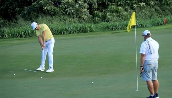 Để đọc green đúng, bạn cần quan sát độ dốc, phối cảnh greeen, từ đó giúp bạn đánh giá độ dốc chính xác từ bóng đến lỗ golf.