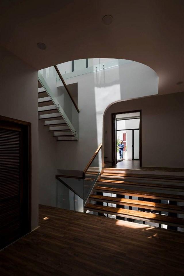 Tầng 2 có phòng ngủ master kết nối phòng ngủ con bằng bậc thang dài và không gian sinh hoạt chung giữa hai phòng. Từ phòng ngủ, bố mẹ có thể ngồi chơi và quan sát con sinh hoạt, học tập.