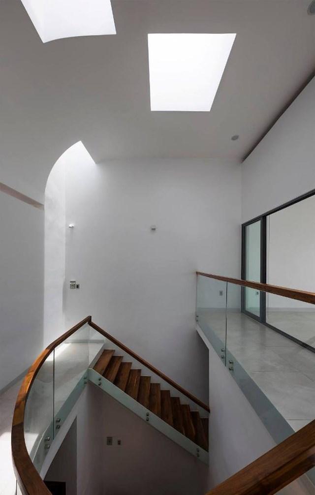 Đi qua cầu thang được thiết kế theo kiểu vòng cung nhằm tạo sự thanh thoát, uyển chuyển cho ngôi nhà sẽ đến tầng 2 của Liên Thông house.