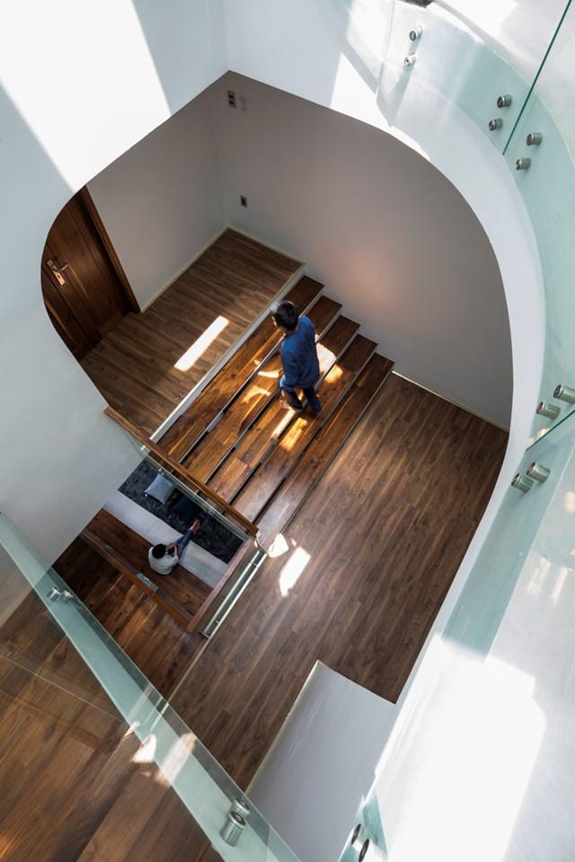 Liên thông House được kết nối theo phương thẳng đứng, với khoảng thông tầng lớn nằm ngay trục cầu thang cùnggiải pháp thiết kế lệch tầng. Điều này cũng giúp tạo sự thông gió đứng, cắt ngang không khí nóng từ hướng Tây trước khi gây ảnh hưởng tới các phòng ngủ.