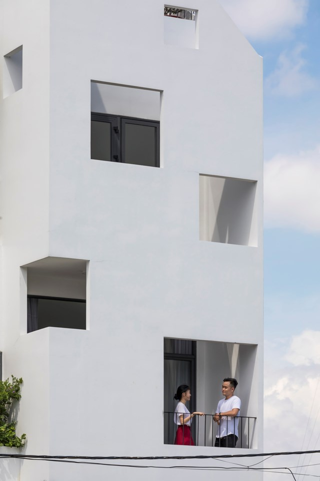Mặt tiền ngôi nhà là mảng tường chia những ô vuông tỉ lệ bố cục tự do. Mục đích vừa là tạo sự thống nhất hình khối mặt đứng, vừa làm tấm che nắng hướng Tây cho ngôi nhà.