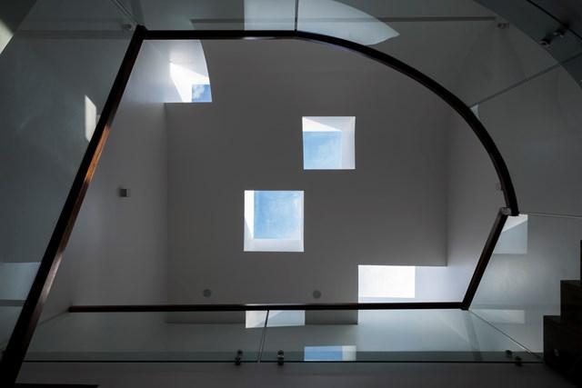 Các ô vuông được cân nhắc sao cho khớp tầm nhìn từ các phòng ngủ ở các tầng. Ngoài ra khu nhà tắm cùng sân vườn cũng được thiết kế ở phía cản nắng ảnh hưởng trực tiếp tới không gian sinh hoạt chính.