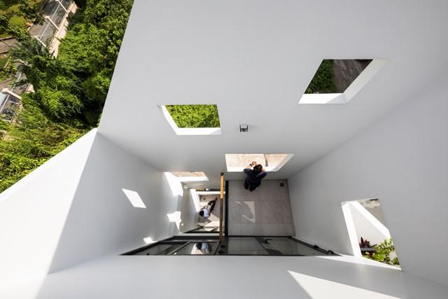 Từ yêu cầu này, nhóm kiến trúc sư đã thiết kế ngôi nhàống này gồm 3 tầng cùng một sân thượng với kiến trúc đơn giản, hiện đại. Bản thiết kế cũng tính toán chừa lại một khoảng sân nhỏ nhằm tạo thêm mảng xanh cho ngôi nhà.