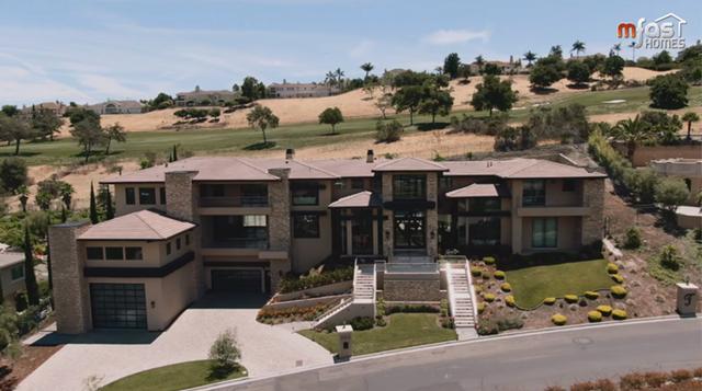 Tọa lạc ởSan Jose, California, căn biệt thự này có diện tích lên tới 4.000 m2, trong đó, khu nhà ở chính có diện tích 1.500m2, còn lại là khuôn viên bao quanh.