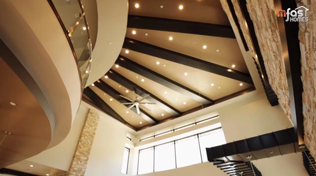 Về kiến trúc, phần trần nhà biệt thự được xây cao, phần nền nhà và cột được lát đá tông màu kem chủ đạođể tạo cảm giác thoáng đãng.