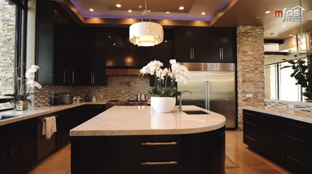 Phòng bếp được bày trí gọn gàng, ngăn nắp, tiện dụng với đồ dùng nhà bếp thông minh, 3 bồn rửa, 6 lò bếp cùng với tủ lạnh lớn.