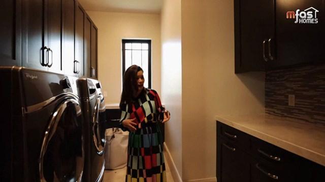 Phòng giặt đồ cũng được thiết kế hiện đại, màu sắc hài hòa theo tổng thể 3 màu chủ đạo của căn biệt thự.