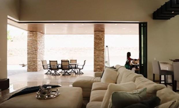 Căn hộ sử dụng nhiềuphần cửa kính lớn tạo cảm giác thoáng đãng, gần thiên nhiên, lại giúp gia chủ ngắm toàn bộkhung cảnh nhà với nhiều sắc thái khác nhau tùy vào thời gian trong ngày.