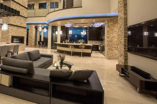 Các không gian trong biệt thự đều được bài trí nội thất sang trọng và có giá trị cao, tinh tế.
