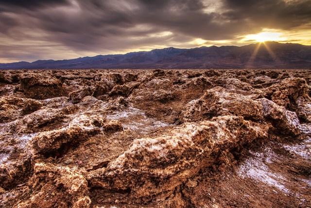 Nằm ở sa mạc Mojave trong Vườn quốc gia thung lũng Chết, bang California (Mỹ),Devils Golf Course được biết đến là một trong nơi kỳ lạ chứa đựng đầy bất ngờ.
