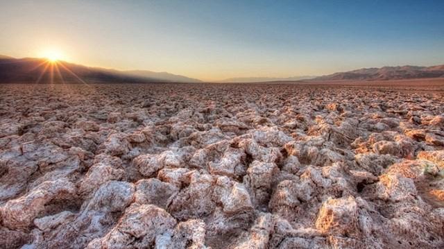 Theo giới nghiên cứu khoa học,Devils Golf Course thực chất là một hồ nước khổng lồ do băng tuyết tan chảy từ các dòng sông ở dãy núi Sierra Nevada. Tuy nhiên, vài nghìn năm trước, thời tiết nơi đây trở nên khắc nghiệt hơn, khí hậu ấm lên, lượng mưa giảm làm quá trình bốc hơi nước tại hồ diễn ra mạnh mẽ.