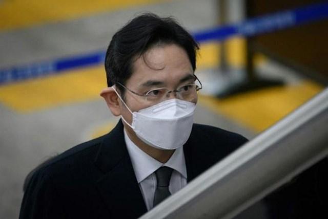 Phóchủ tịch Samsung Lee Jae-yong vừa tham dự phiên tòa xét xửcác nghi vấn về gian lận và thao túng giá cổ phiếu tại Tòa án quận trung tâm Seoul hôm 19/8.