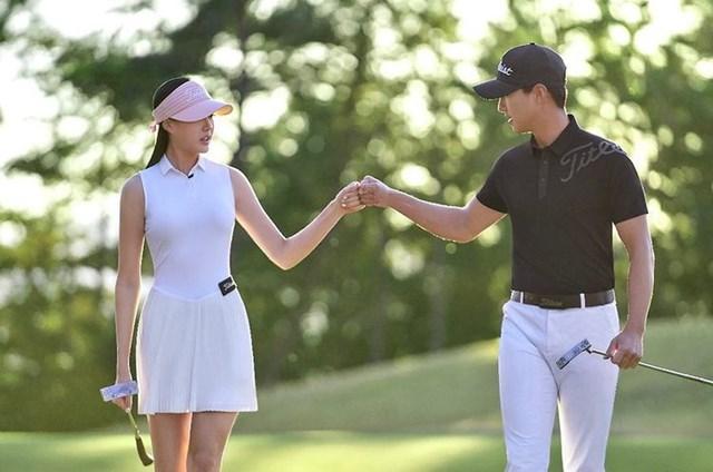 Để tôn lên vóc dáng cũng như tiện hơn trong việc luyện tập, thi đấu, bóng hồng làng golf này thường diện trang phục gọn gàng như áo thun bó sát, quần short hay chân váy ngắn.