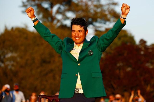 Golfer người Nhật Bản Hideki Matsuyama được mặc Green Jacket lên nhận giải khi đăng quang ở The Masters 2021.