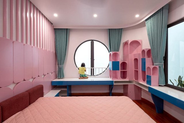 Nhờ các khoảng giếng trời, mọi phòng ngủ đều được nhận đủ ánh sáng và gió. Gia chủ không phải dùng đèn điện vào ban ngày.