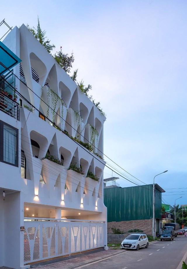 Nằm ngay gần quảng trườngTây Bắc ở Sơn La, ngôi nhà gây ấn tượng bởi phần mặt tiền khác biệt so với những công trình xung quanh.Đây là tổ ấm của một gia đình ba thế hệ, được ghép từ hai lô đất 5 x 14,8m (tổng diện tích là 148 m2).