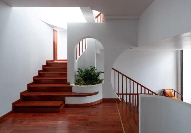 Căn nhà được thiết kế lệch tầng để tạo nên độ chênh cao, cho phép nhiều luồng gió mát lưu thông đến mọi nơi trong nhà.