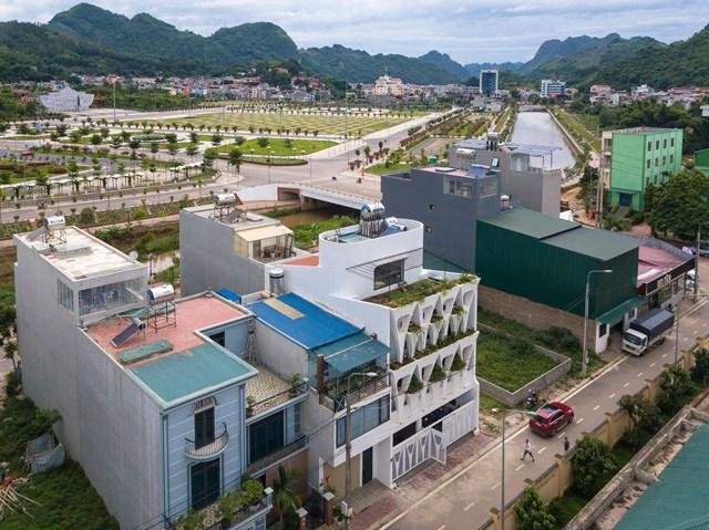 Trên mái tầng ba, gần một nửa diện tích trở thành vườn rau. Kiến trúc sư và gia chủ còn làm thêm chỗ thưởng trà, trò chuyện vào những đêm trăng. Tổng chi phí hoàn thiện căn nhà khoảng sáu tỷ đồng.
