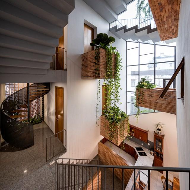 Ban công, cầu thang trong nhà cũng được thiết kế tùy chỉnh, thay đổi vị trí từ tầng này sang tầng khác vừa giúp thay đổi cảm giác khi di chuyển, lại tăng công năng sử dụng.