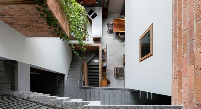 Không chỉ sân thượng mà ở mỗi tầng nhà, kiến trúc sư đều tính toán để không gian phủ thêm sắc xanh. Điều này sẽ đem lại sự thư giãn, giúp giảm căng thẳng cho gia chủ mỗi ngày.