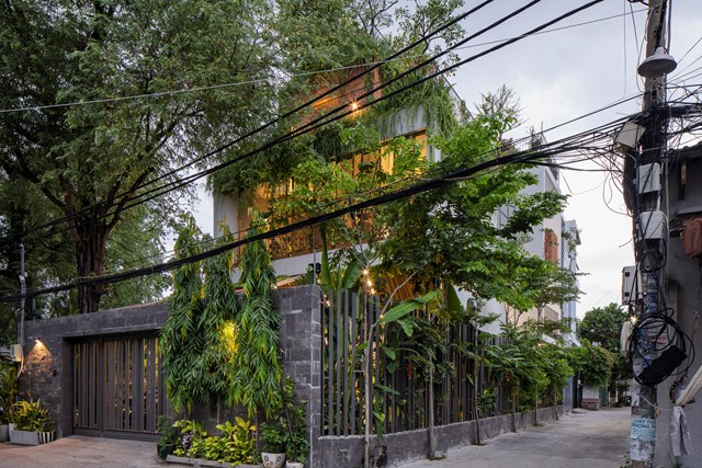 Do gia chủ mong muốn sống trong ngôi nhà nhiều không gian xanh, ánh sáng nhưng vẫn đảm bảo sự riêng tư nên các kiến trúc sư đã nảy ra ý tưởngtận dụng tối đa diện tích căn nhà tạo một công viên trên sân thượng.