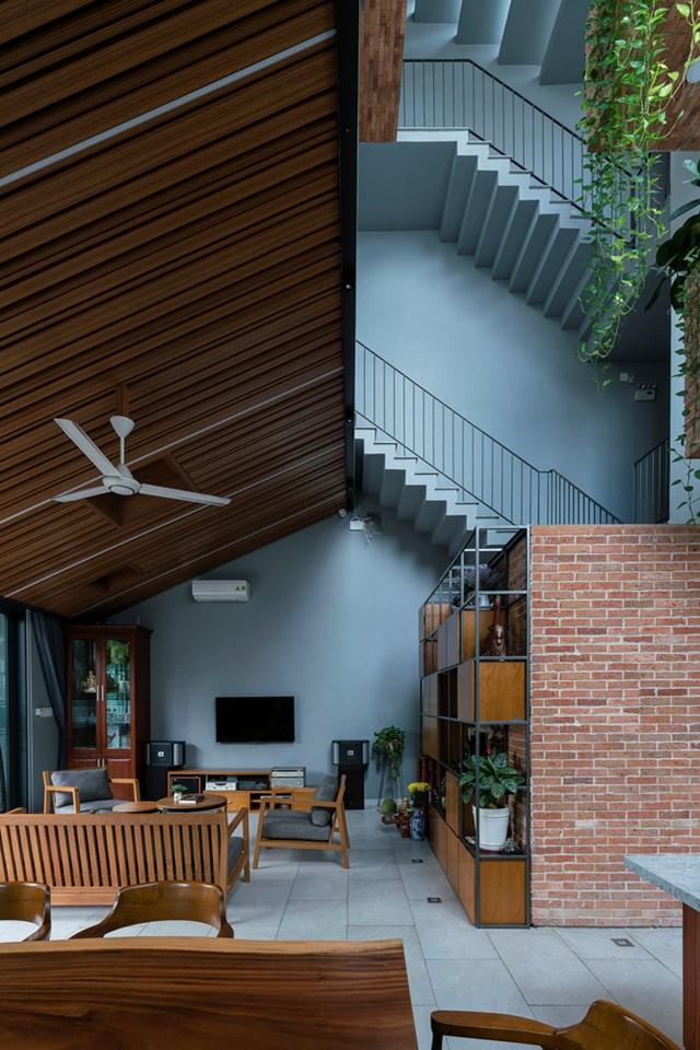 Bên cạnh đó, thiết kế lệch tầng không chỉ giúp gia tăng diện tích sử dụng mà còn tạo độ thoáng sáng cho ngôi nhà.
