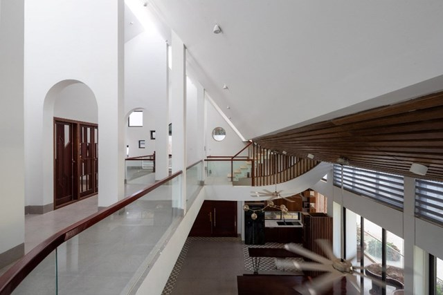 Thiết kế mái vát tạo hình chữ A, tách rời ở đỉnhgiúp ánh nắng chiếu xuống không gian phòng khách bên dưới vừa đủ sáng lại không bị quá nóng.