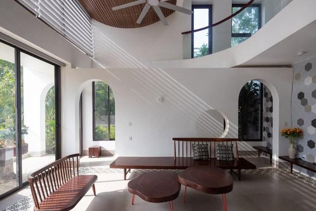 Thiết kế lệch tầng giúp các không gian chức năng bên trong có thể thông gió một cách tự nhiên. Cùng với đó, ánh sáng từ các khung cửa kính mang đến cho ngôi nhà sự thông thoáng và kết nối với thiên nhiên bên ngoài.